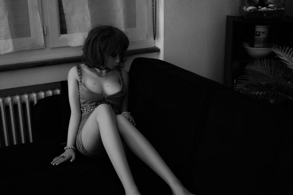Erena se détend sur le canapé