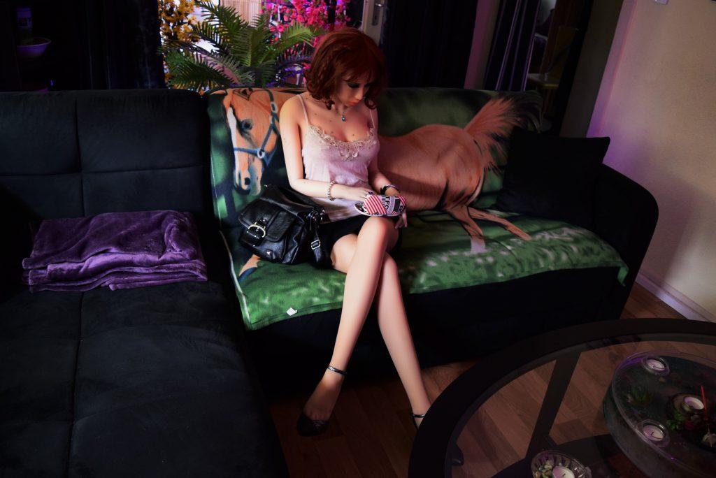 Erena sur son canapé