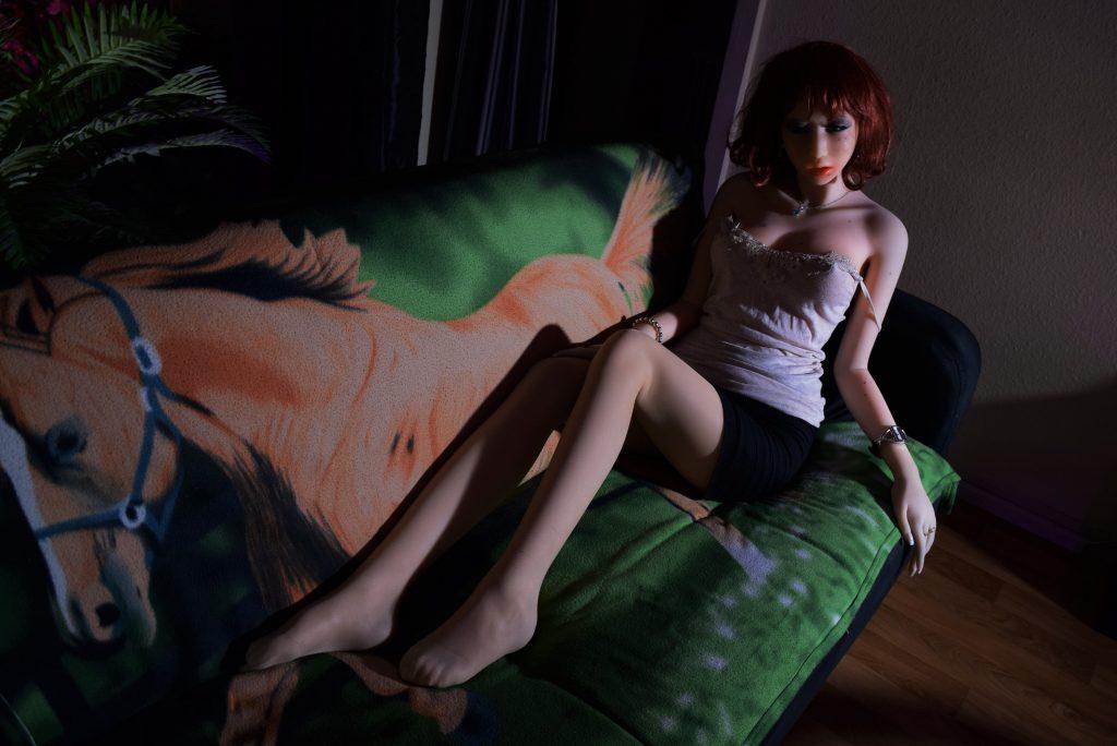 Erena étendue sur son canapé