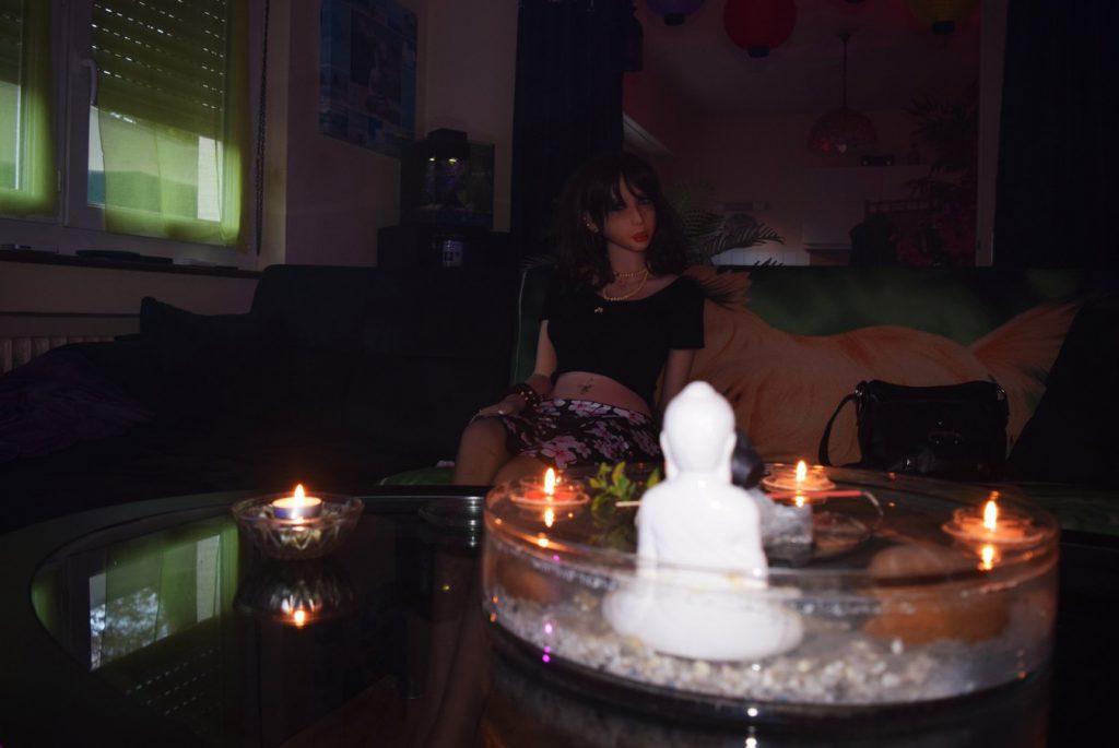 Erena derrière les bougies