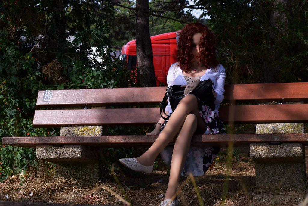 Erena sur un banc