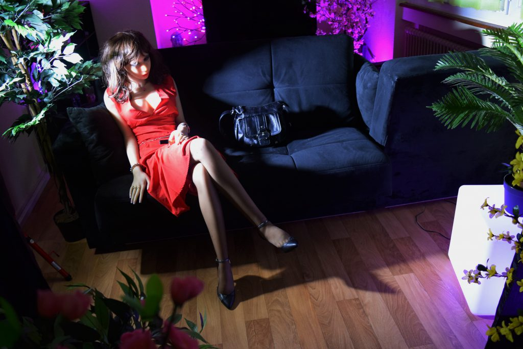 Erena Ichinose en robe rouge