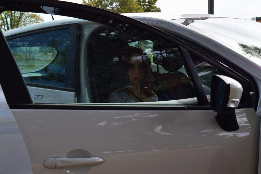 Erena dans la voiture