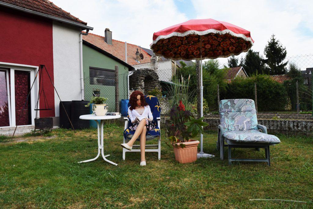 Erena fait sa lecture dans le jardin