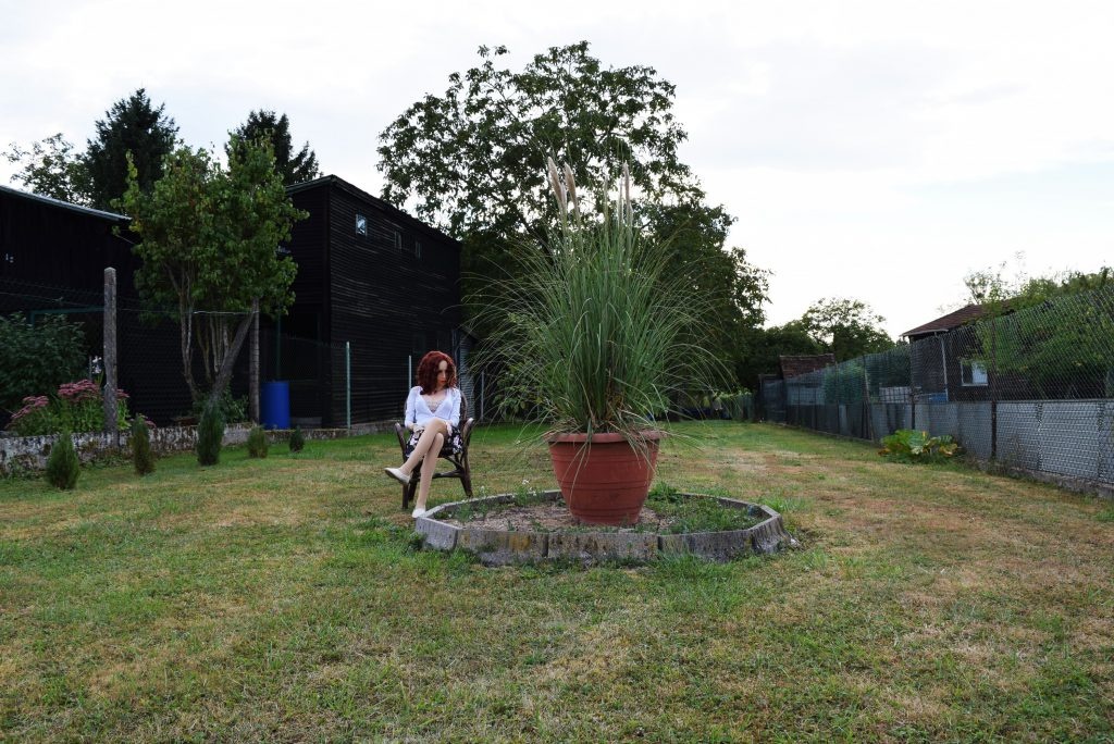Erena admire les plantes vertes