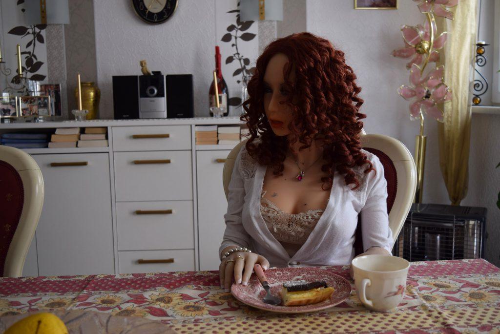 Erena mange de la tarte au fromage