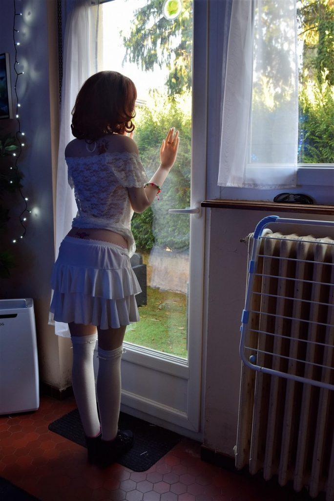 Erena en mini-jupe blanche légère