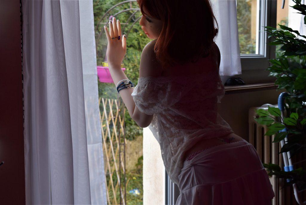 Erena contre la vitre