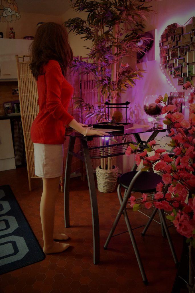 Erena debout en mini-jupe moulante
