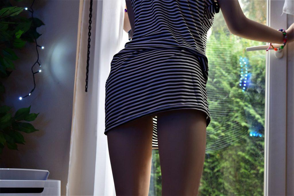 oups ! Erena a une robe un peu trop courte !