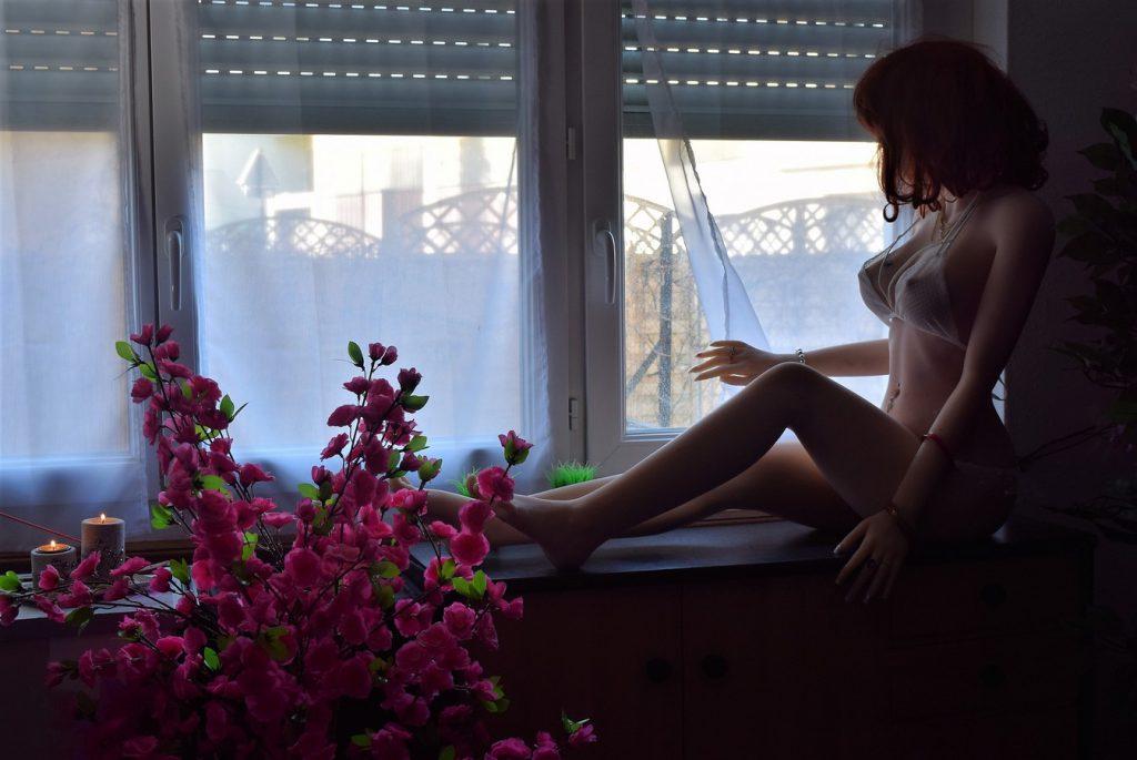 Erena regarde dehors