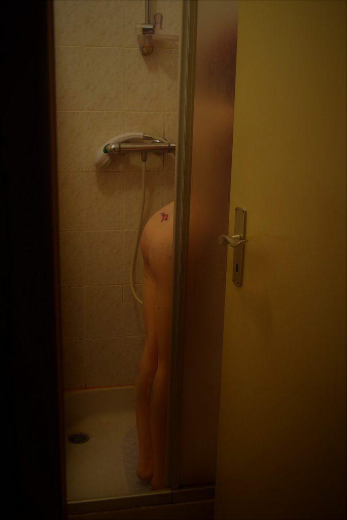 Erena nue sous la douche