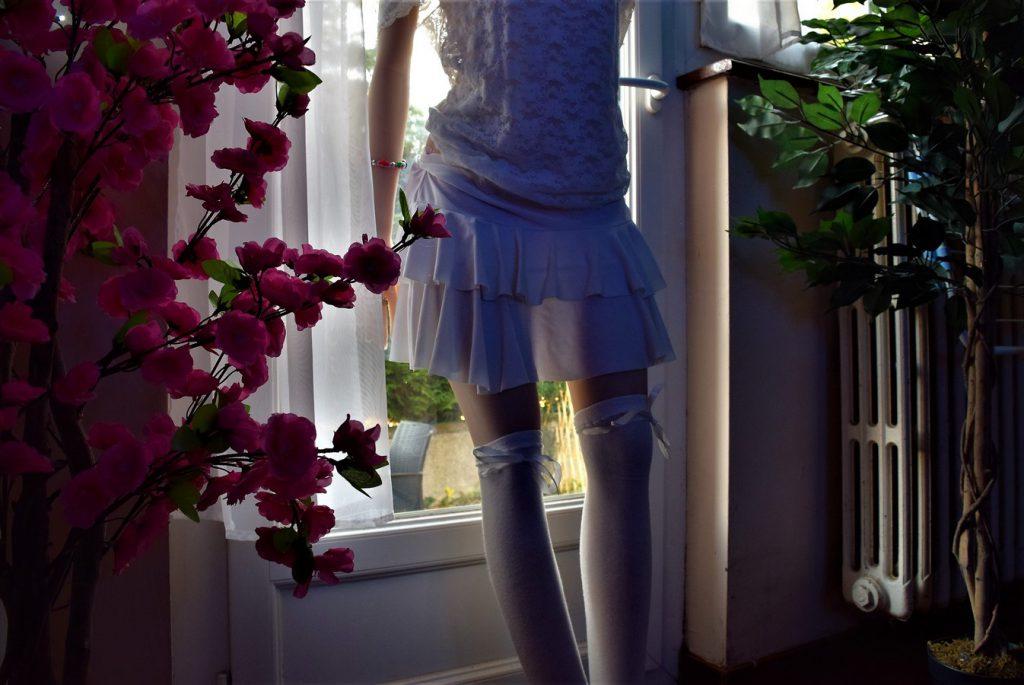 Les jambes d'Erena à travers sa mini-jupe en transparence