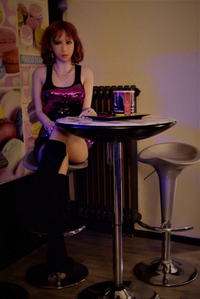 Erena assise sur le tabouret de bar