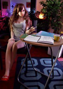 Erena en mini-robe moulante style secrétaire