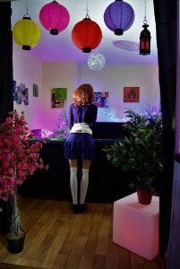 Erena debout de dos avec sa mini-jupe kawaii violette