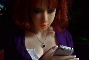 Gros plan sur le visage d'Erena qui joue avec son iPhone 4S