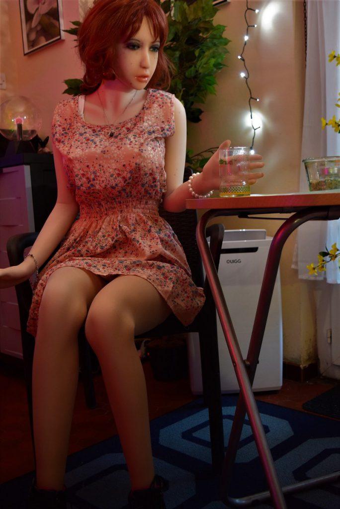 Erena se relaxe en buvant un verre
