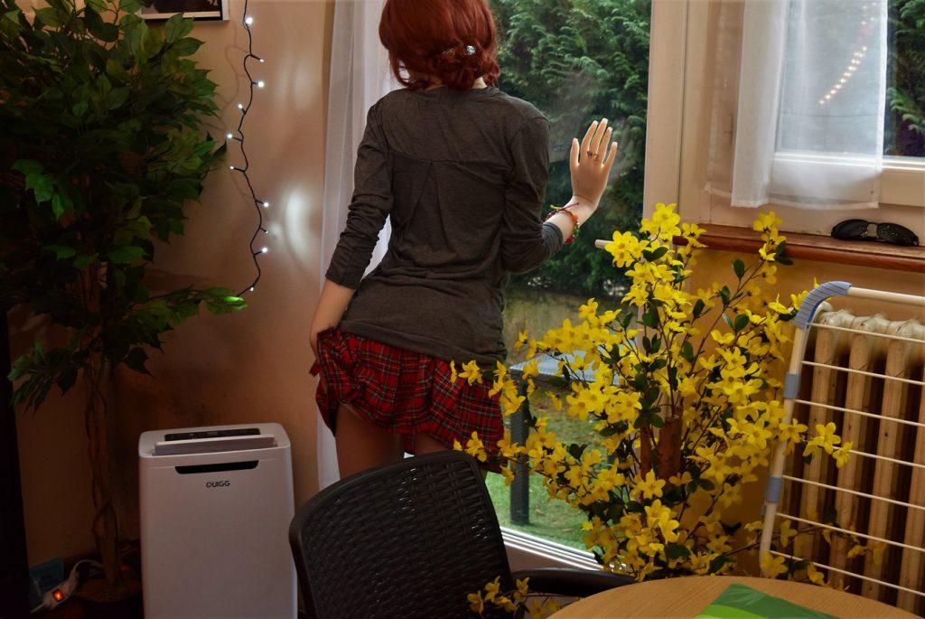 Erena joue avec sa mini-jupe