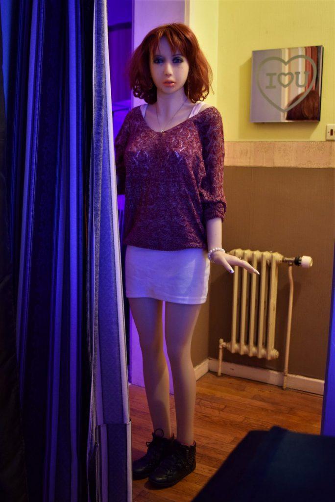 Erena debout à l'entrée du salon