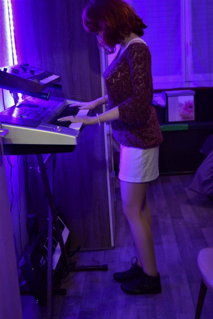 Erena joue du synthé