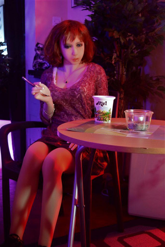 Erena à table avec du miel