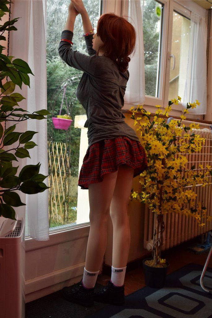Erena porte une mini-jupe dangereusement courte !