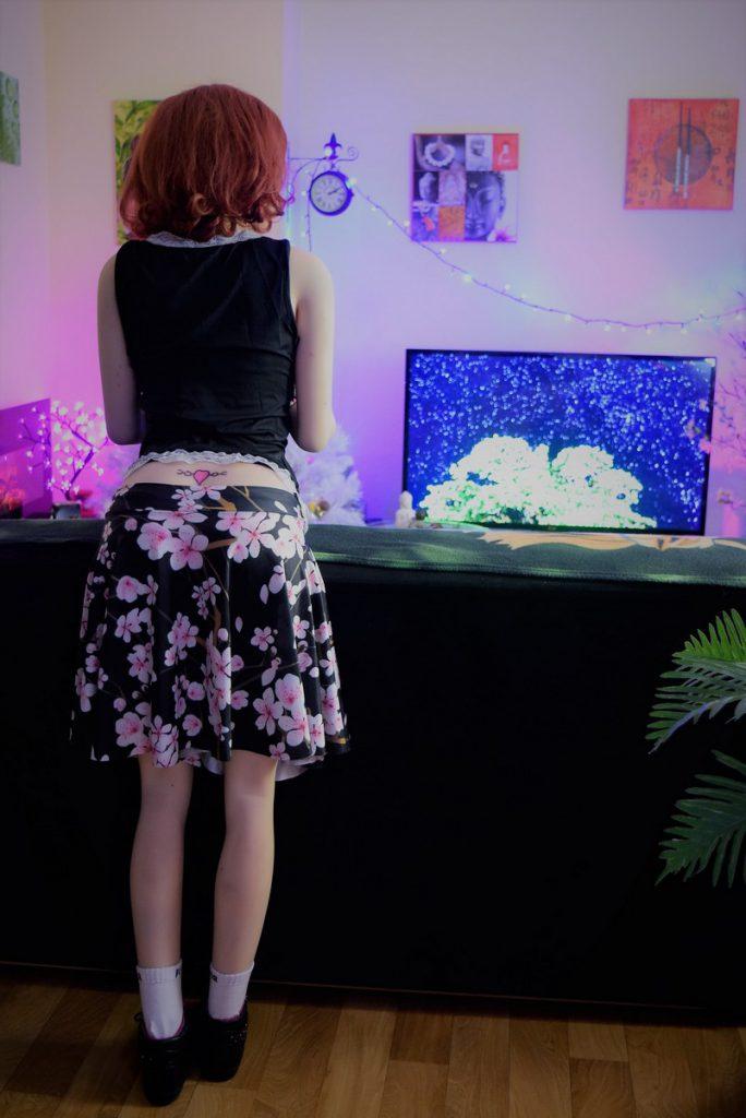 Erena debout avec sa jolie jupe à fleurs