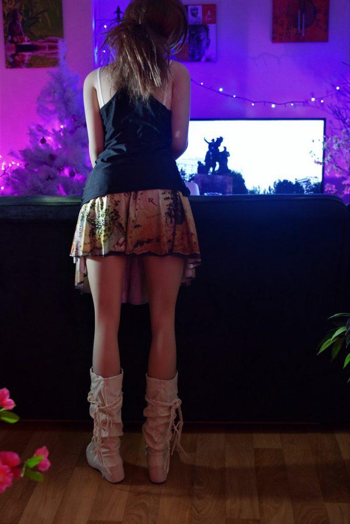 On a bien envie de lire la carte de plus près sur la jupe d'Erena !