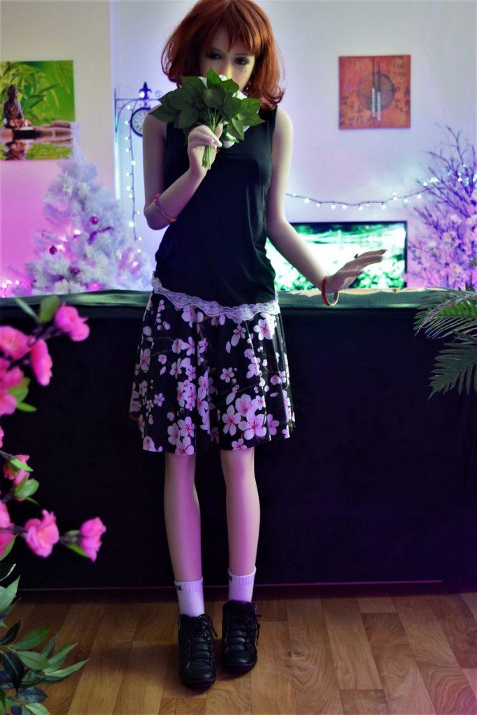 Erena debout avec un bouquet de fleurs blanches