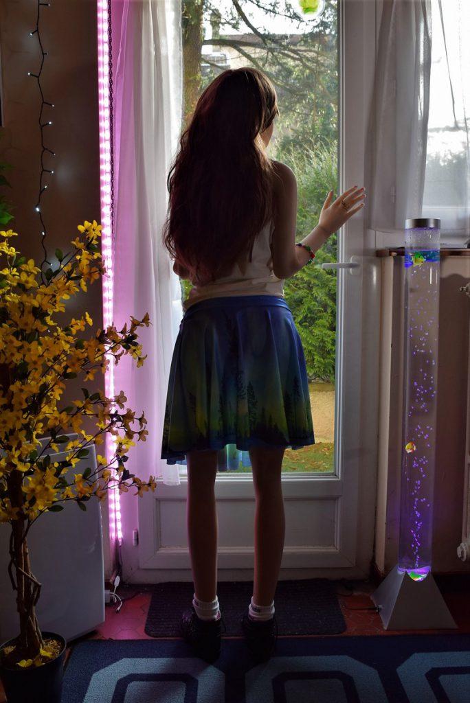 Erena de dos à la fenêtre