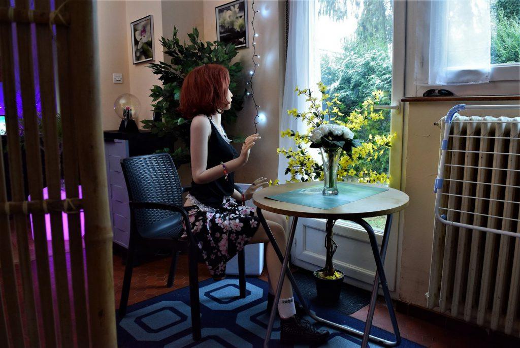 Erena assise dans son jardin d'hiver