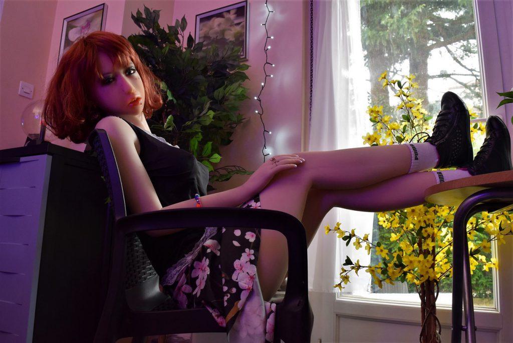 Erena les pieds sur la table de son jardin d'hiver