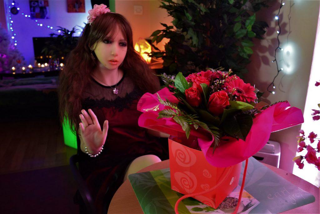 La poupée Erena a reçu un gros bouquet de roses pour la Saint Valentin