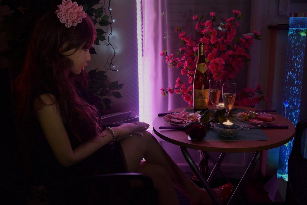 Erena est prête pour un repas romantique
