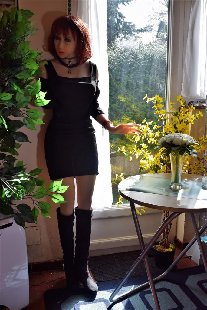 Erena super sexy avec sa robe et ses bottes noires