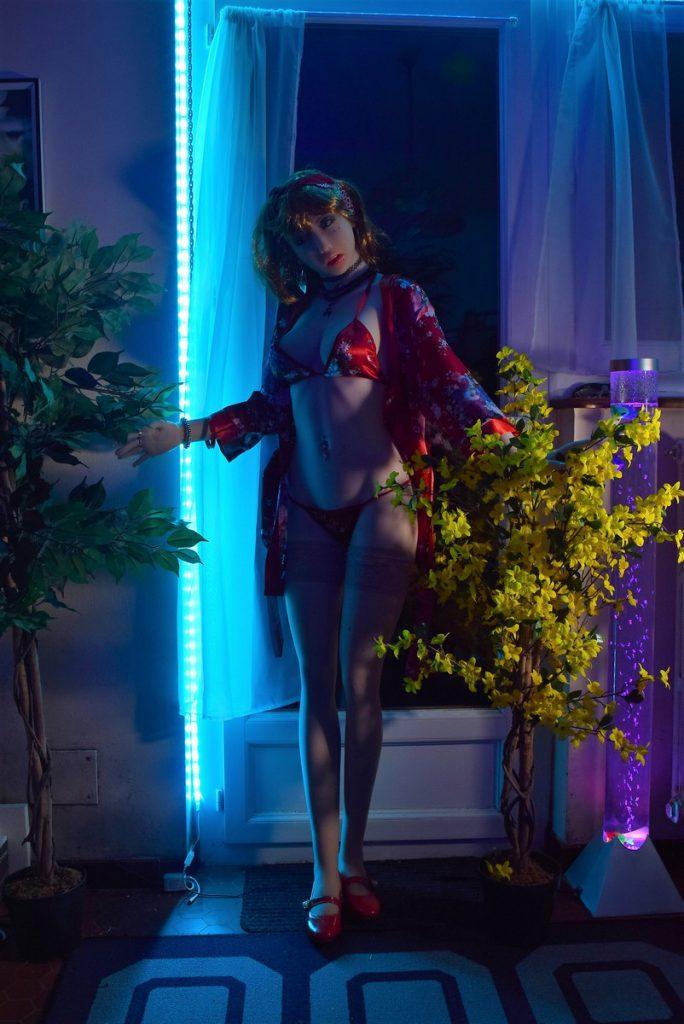 Erena debout dans les lumières bleues