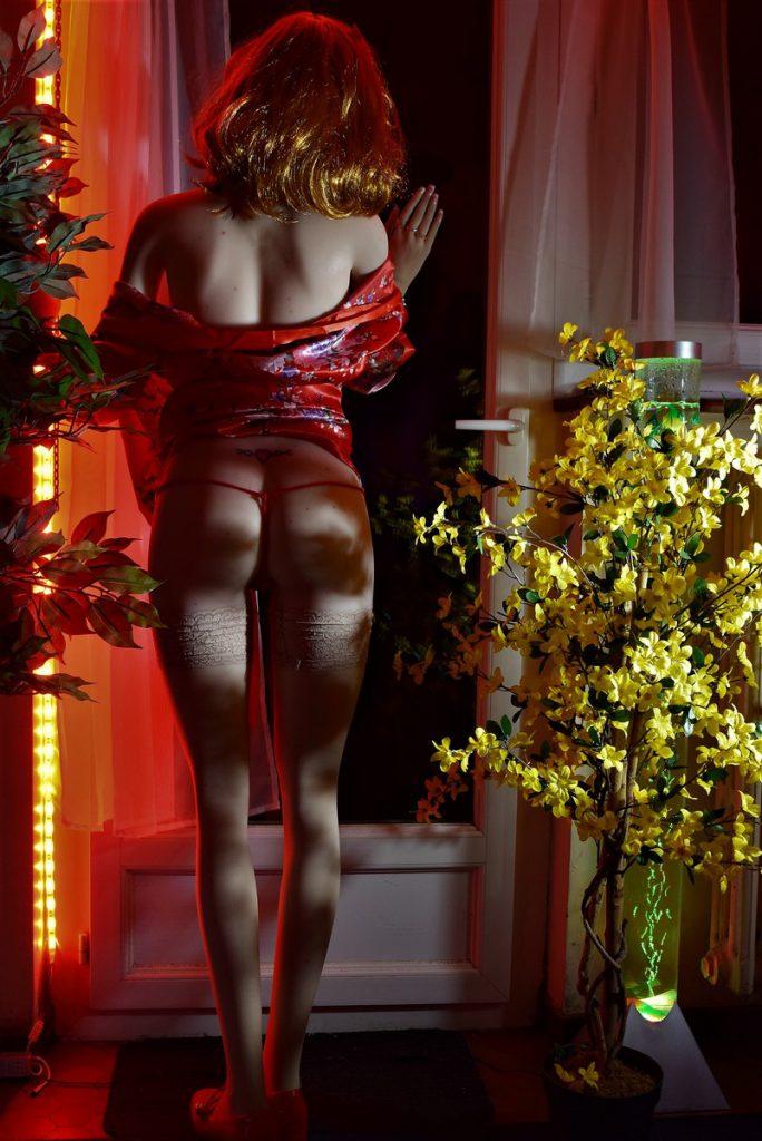 Erena debout de dos ultra-sexy avec son string ficelle rouge !