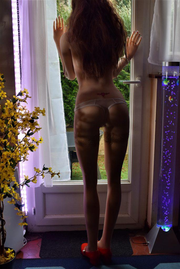 Erena debout de dos en petite culotte