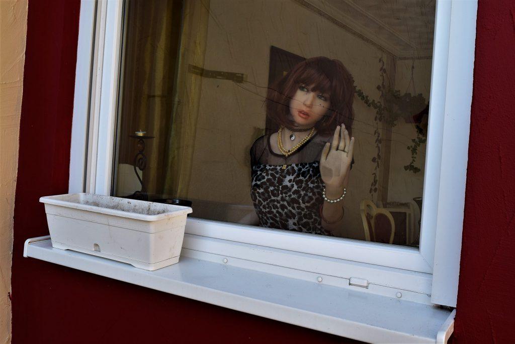 Elle regarde par la fenêtre