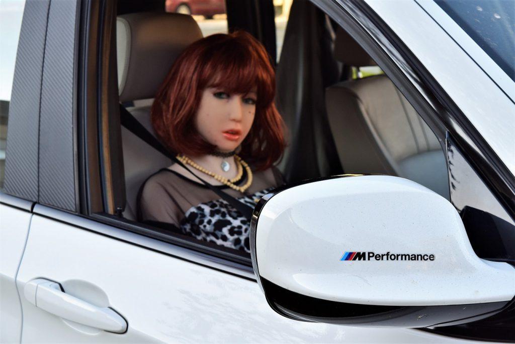 Erena est à bord d'une BMW X3 préparée par M Performance