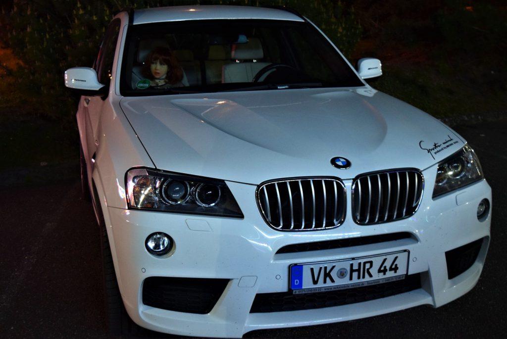 Erena à bord d'une voiture de luxe sur le parking d'un restaurant chinois