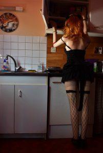 La poupée-voleuse fouille dans l'armoire de la cuisine