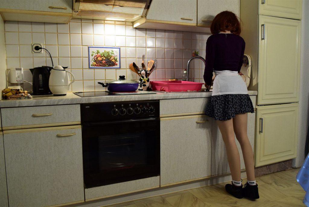 La magnifique love-doll Erena fait la vaisselle !
