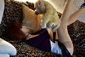 La jolie poupée joue comme une fofolle avec son nouvel ami le singe !