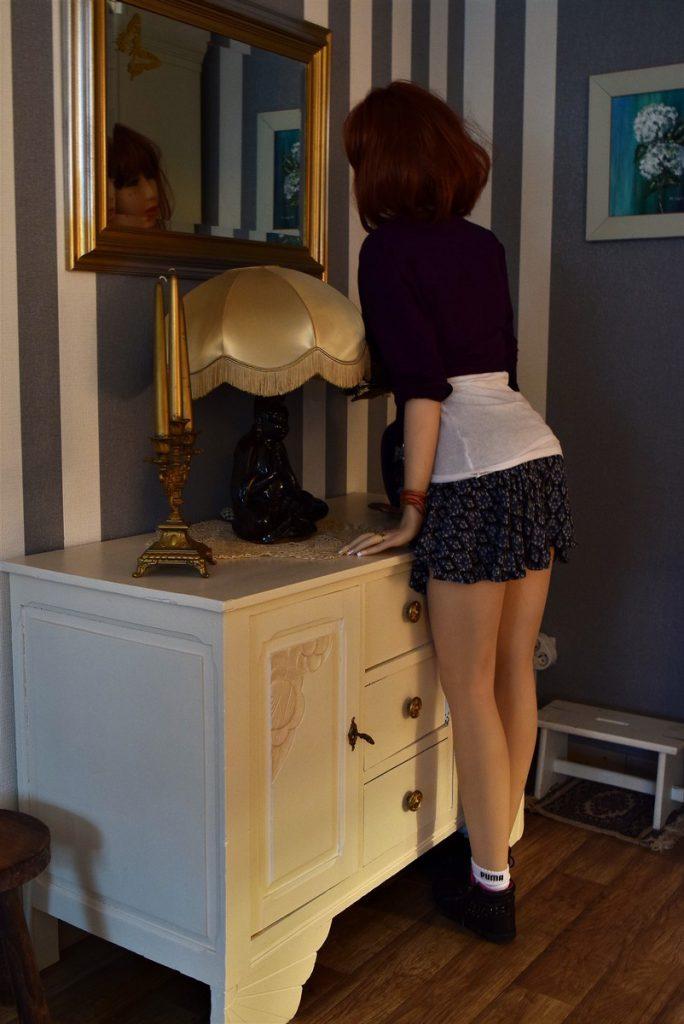 Erena est debout devant le miroir