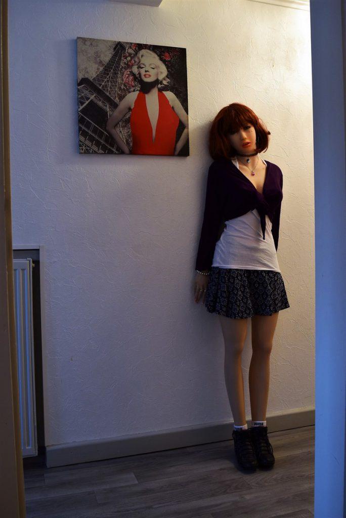 Erena pose à côté de Maryline Monroe