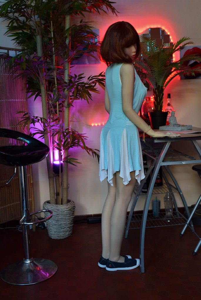 Erena debout au mini-bar