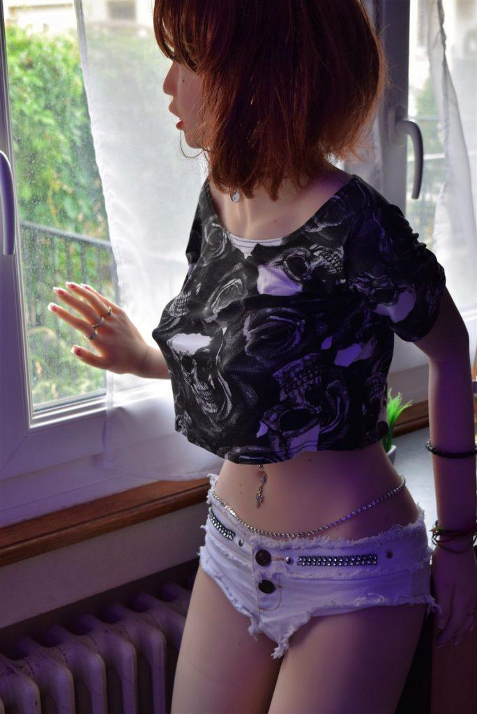 Erena debout à la fenêtre