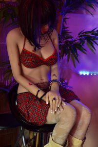Après la fessée, Erena est punie sur son tabouret jusqu'à nouvel ordre